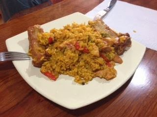 Paella de pollo y costillas
