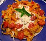 Pasta nido con salchichas y tomate con verduras