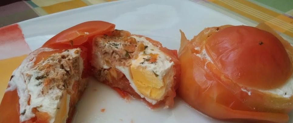 Tomates al vapor rellenos de huevo y atún