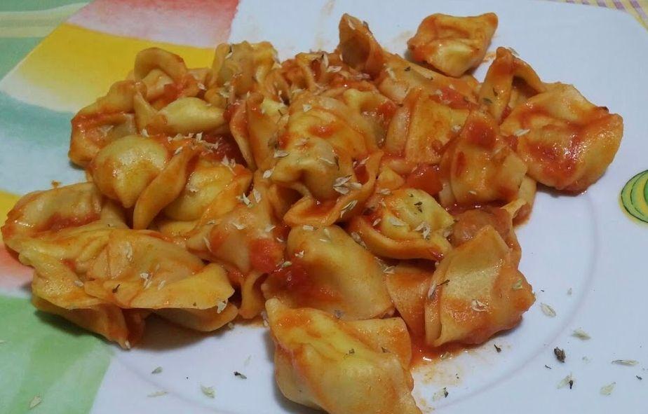 Tortellini de carne con tomate y orégano