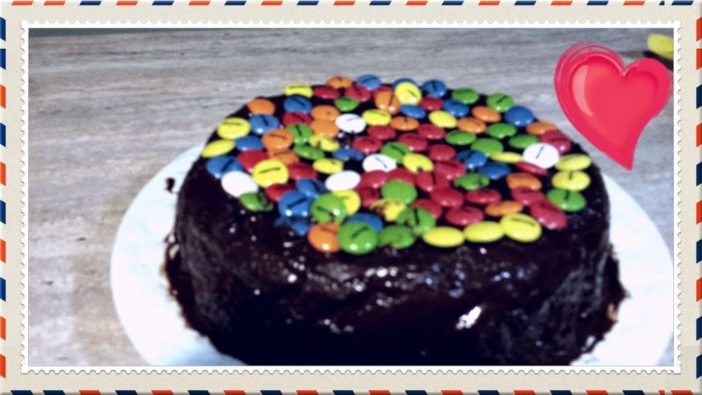 Bizcocho con cobertura de chocolate y lacasitos