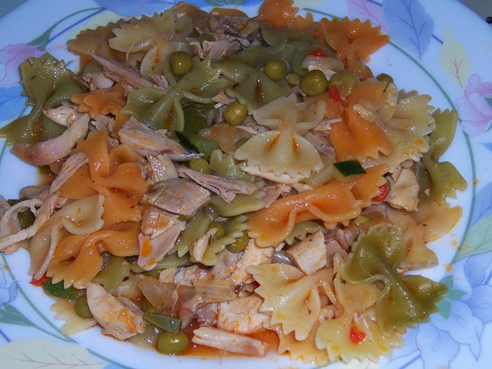 Lacitos de colores con pollo