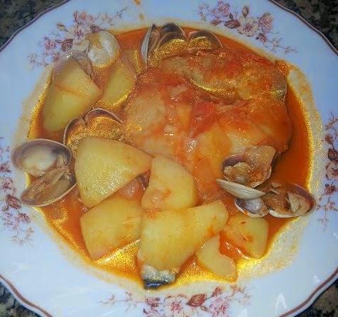 Merluza con patatas en salsa con almejas