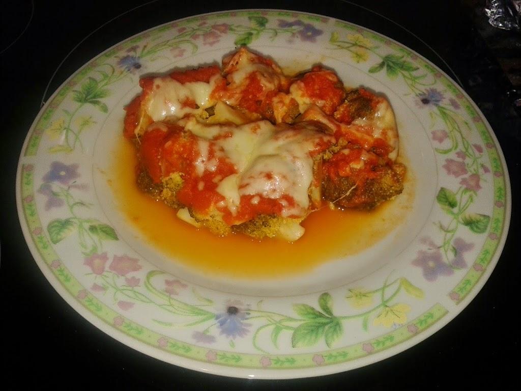 Brócoli con salsa de tomate y queso