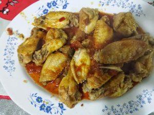 Alitas de pollo fritas con tomate