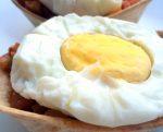 Huevos al vapor con tulipas rellenas de pisto