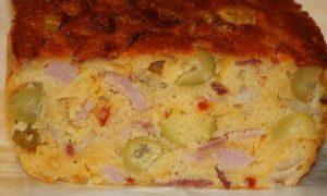 Pastel salado con jamón york y pimientos