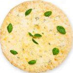 Pizza de quesos con albahaca