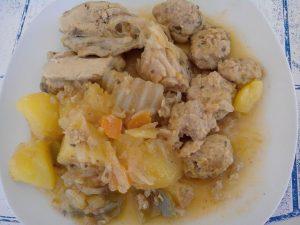 Guiso de albóndigas y pollo