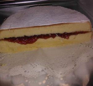 Bizcocho relleno de mermelada con cobertura de azúcar glas
