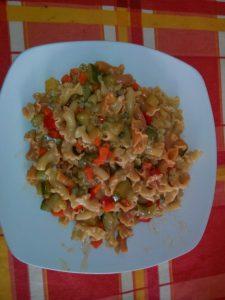 Pasta de colores con verduras