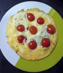Tortilla con queso y tomates cherry