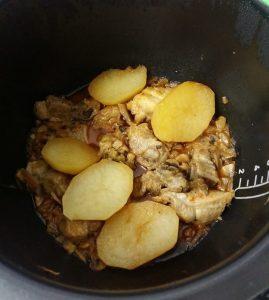 Asado de pollo y costillas con champiñones y patatas