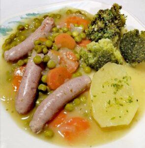 Salchichas de pavo al vino con guarnición de verduras
