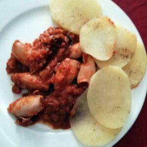 Calamares con tomate y patatas