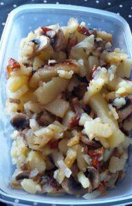 Patatas fritas con champiñones y cebolla